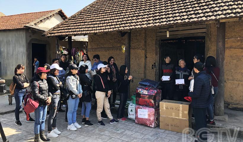 Người con lớn mắc bệnh tan máu bẩm sỉnh, gia đình bà Đinh Thị Lửu thôn Linh Phú, xã Tuấn Đạo rất cần được giúp đỡ. Đoàn thiện nguyện đã hỗ trợ gia đình 8 triệu đồng và nhiều vật dụng thiết yếu.