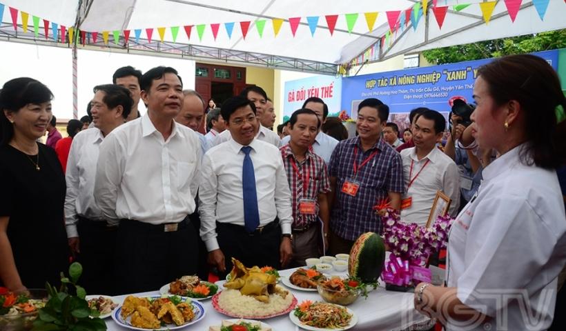 Bộ trưởng Bộ Nông nghiệp và Phát triển Nông thôn Nguyễn Xuân Cường tham quan gian trưng bày món ăn từ gà đồi Yên Thế tại Hội nghị xúc tiến tiêu thụ gà đồi Yên Thế 2017