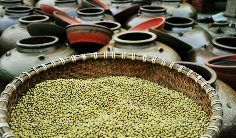 Nguyên liệu làm tương La không thể thay thế được chính là gạo nếp cái hoa vàng và đậu tương hạt nhỏ giống cúc hoa vàng (đắt gấp 2-3 lần đậu tương thường).