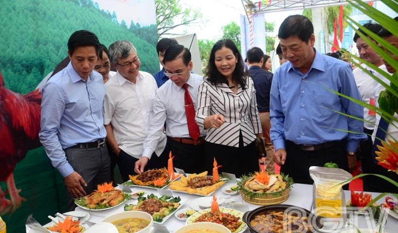 Lãnh đạo tỉnh, Sở công thương và một số ban ngành tham quan khu vực trưng bày ẩm thực.