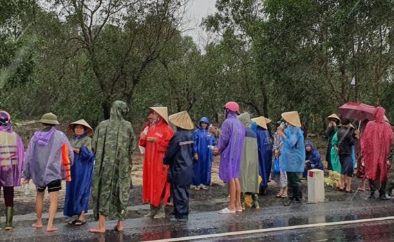 Lũ lớn ngập nhà, người dân kéo ra quốc lộ xin cứu trợ