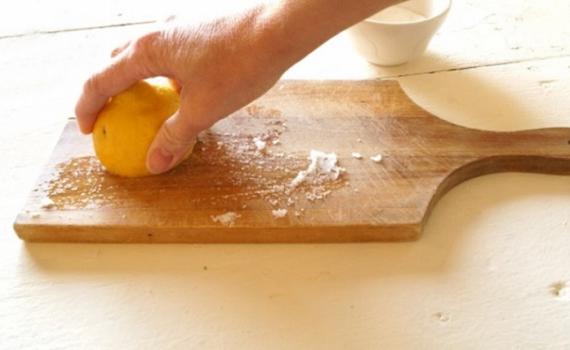 Mẹo nhỏ giúp bạn làm sạch thớt gỗ