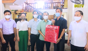 PCT Thường trực UBND tỉnh tặng quà người có công