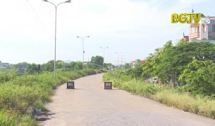 Thành phố Bắc Giang đặt trụ bê tông để ngăn xe quá tải đi trên mặt đê