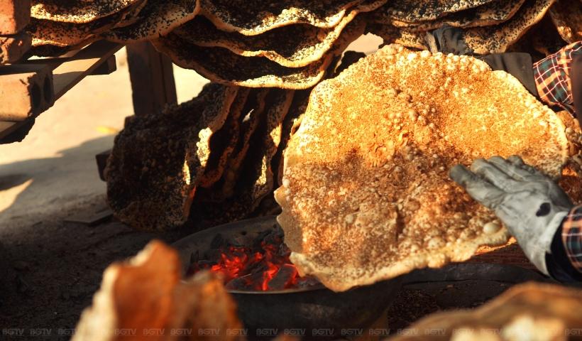 Những chiếc bánh đa với hình yên ngựa vàng bóng, vị thơm, béo của vừng đen, vị bùi bùi của lạc, vị thơm nhè nhẹ của gạo rất đậm đà... đã trở thành món quà không thể thiếu đối với du khách.