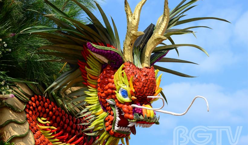 """Những """"tác phẩm nghệ thuật"""" tại lễ hội do người dân Lục Ngạn tạo nên với mong muốn một mùa cây trái thắng lợi."""
