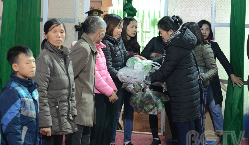 Các nhà báo nữ còn thay mặt các nhà hảo tâm và doanh nghiệp tặng 100 suất quà cho 100 hộ nghèo của xã Tuấn Đạo, mỗi xuất quà trị giá 400.000 đồng