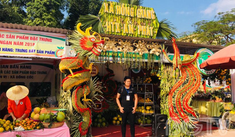 ... nhiều xã mang đến lễ hội trái cây không gian trưng bày đẹp mắt, rực rỡ sắc màu.