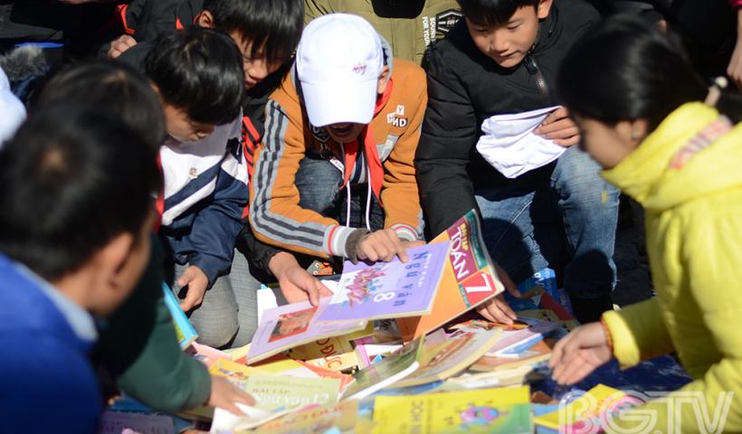 """Rất nhiều sách vở ở các bậc học quyên góp được đã nhanh chóng """"về tay"""" các em học sinh"""