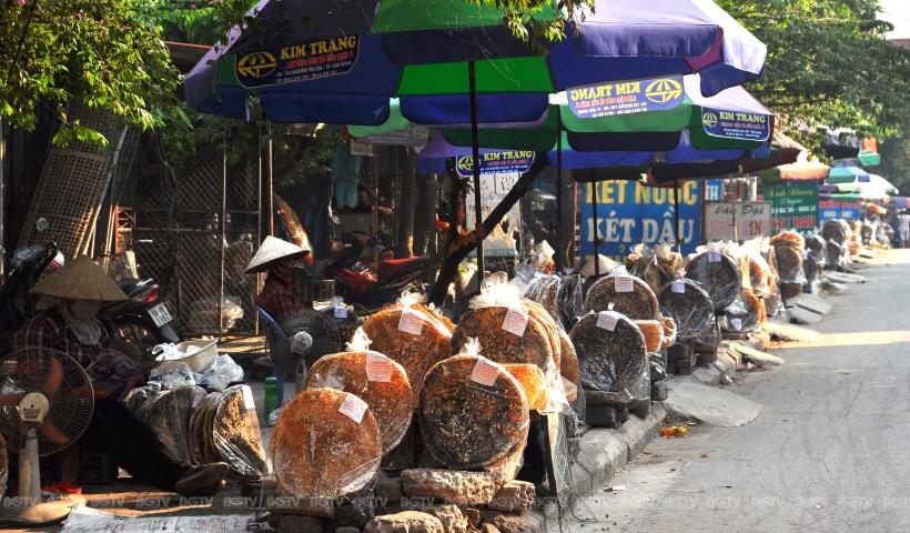 Gọi là bánh đa Kế bởi món bánh này được làm ở làng Dĩnh Kế, thành phố Bắc Giang. Ai đã từng được thưởng thức loại bánh đặc sản này, dù chỉ một lần là nhớ mãi bởi nó có một sức cuốn hút kỳ lạ.