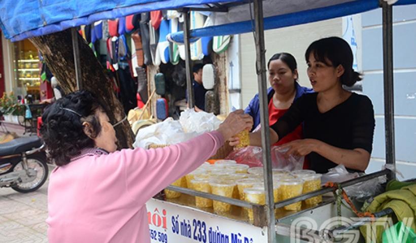 Ngay từ sáng sớm nay (mùng 3/3 âm lịch) ở các chợ, phu phố đã tấp nập cảnh người mua, người bán bánh trôi, bánh chay.