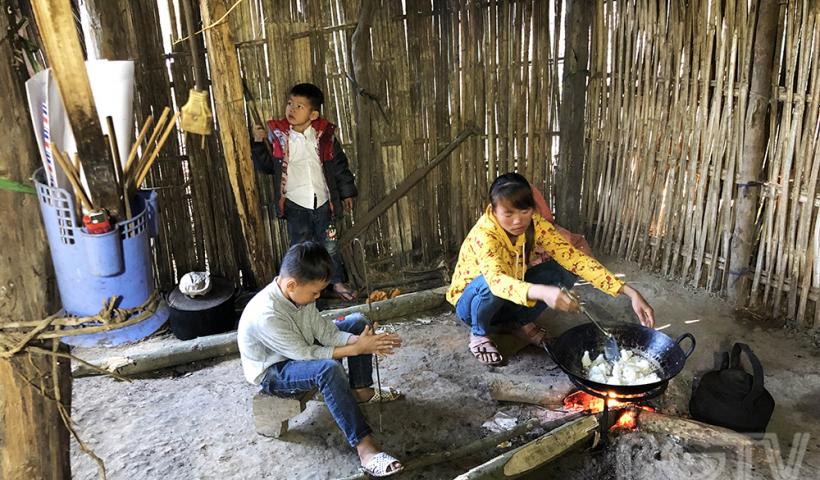 """Căn """"nhà"""" xiêu vẹo của gia đình chị Triệu Thị Chính ở thôn Tuấn Sơn cùng 2 cậu con trai. Với 10 triệu đồng hỗ trợ cùng nhiều vật dụng thiết yếu, cuộc sống những ngày tới của 3 mẹ con sẽ bớt khó khăn phần nào."""