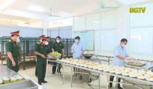 Chăm lo bữa ăn cho công dân trong khu cách ly tập trung